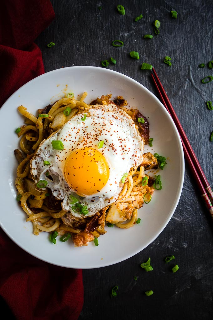 stir fried noodles with sunny side up egg on top